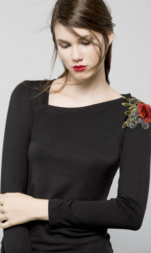 Shirt in knitted textile with decorating flower
